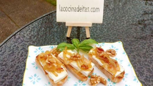 Receta: tostas de brie con cebolla caramelizada y nueces