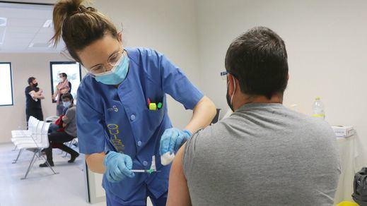 Las comunidades rozan el medio millón de vacunas administradas en un día
