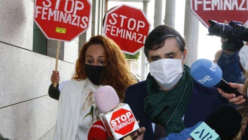 Rocío Carrasco, increpada con pancartas de 'Stop feminazis' a su salida del juzgado
