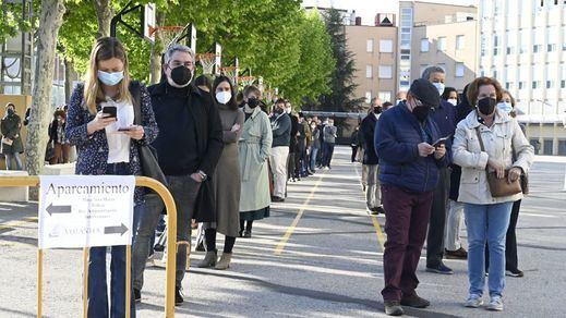 Grandes colas en Madrid para votar al arranque de las votaciones por los horarios de trabajo