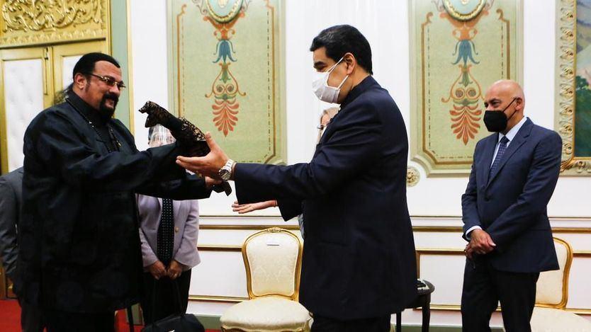 La visita de Steven Seagal a Venezuela y su comentado regalo a Maduro