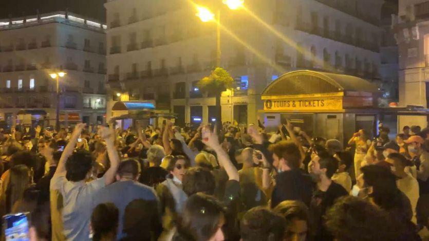 Miles de personas salen a las calles en varias ciudades a celebrar el fin del estado de alarma
