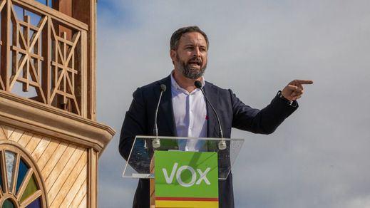 Vox amenaza con retirar su apoyo a Juanma Moreno si Andalucía acoge a los menas de Ceuta