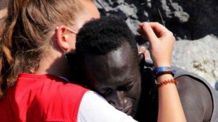 ¿La imagen más viral y humana del año?: Luna y el abrazo del inmigrante en Ceuta