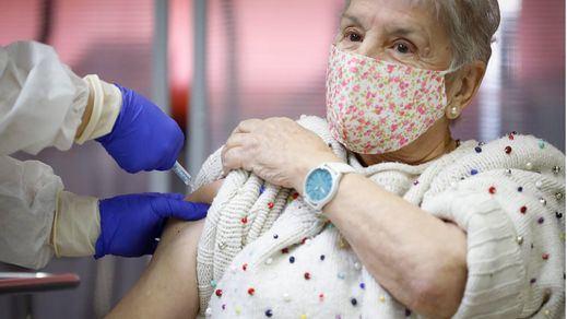 Los expertos advierten de la importancia de que los vacunados no bajen la guardia contra el coronavirus