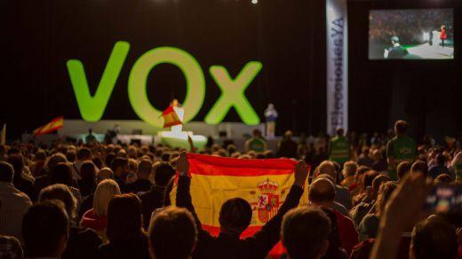 Vox Murcia pide volver a las formas del franquismo: himno y banderas en las aulas