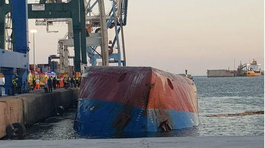 2 desaparecidos y 3 heridos tras el vuelco de un barco de mercancías en Castellón