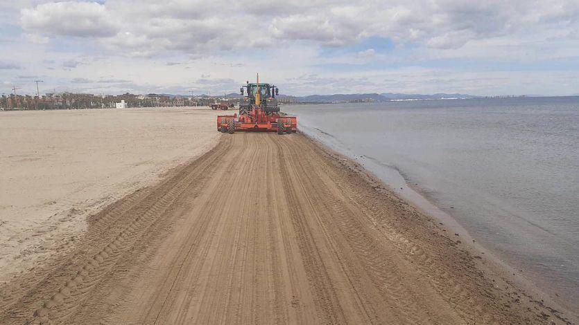 La limpieza de las playas de Valencia reforzada para San Juan