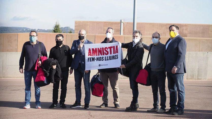 Los líderes independentistas salen de prisión entre gritos de 'independencia' y 'amnistía'