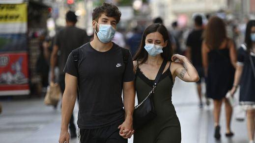 Los médicos piden prudencia a Sanidad y consideran que las mascarillas en exteriores son todavía necesarias