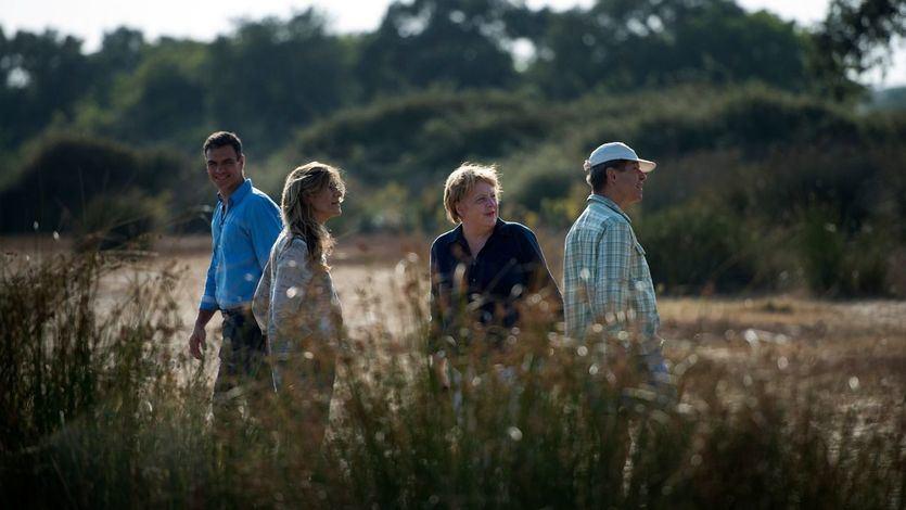 El presidente del Gobierno, Pedro Sánchez, y la canciller alemana Angela Merkel, junto a Joachim Sauer, marido de Ángela Merkel, y Begoña Gómez, mujer del presidente del Gobierno, durante su visita al Parque Nacional de Doñana.