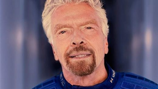El multimillonario Richard Branson cumple su sueño espacial con su propio avión de Virgin