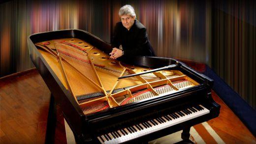 Mario Parmisano nos regala el mejor homenaje pianístico al eterno Astor Piazzolla (vídeo)