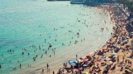 Las carreras en Torrevieja por coger sitio en la playa se hacen virales