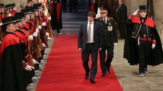 Imagen de archivo de Puigdemont en un acto solemne con Mossos