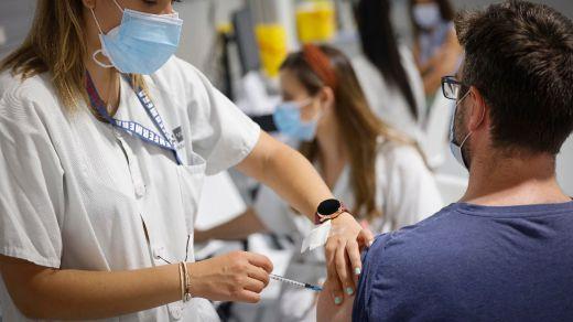 Segunda dosis de la vacuna de la covid: por qué genera más efectos y síntomas de malestar