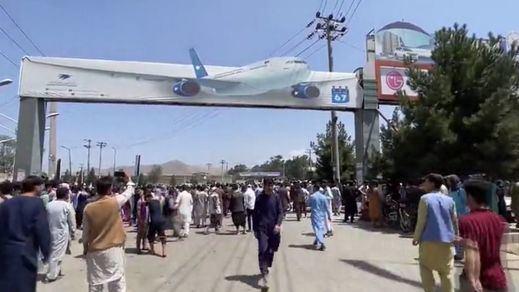 Prohíben a la población afgana acudir al aeropuerto para salir del país