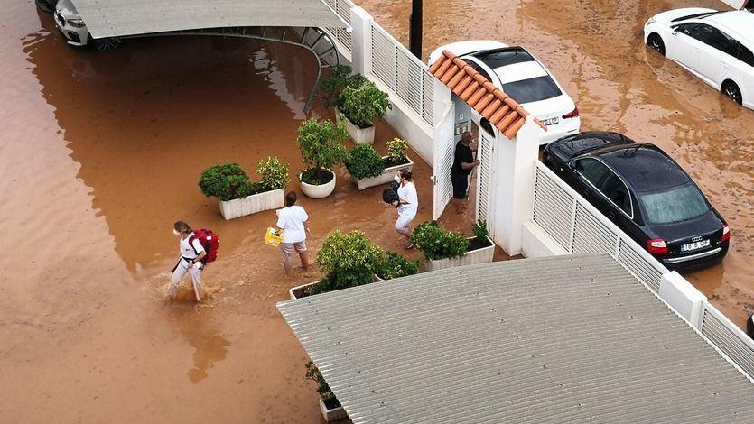 Una tromba de agua sorprende en Benicàssim anegando calles y viviendas