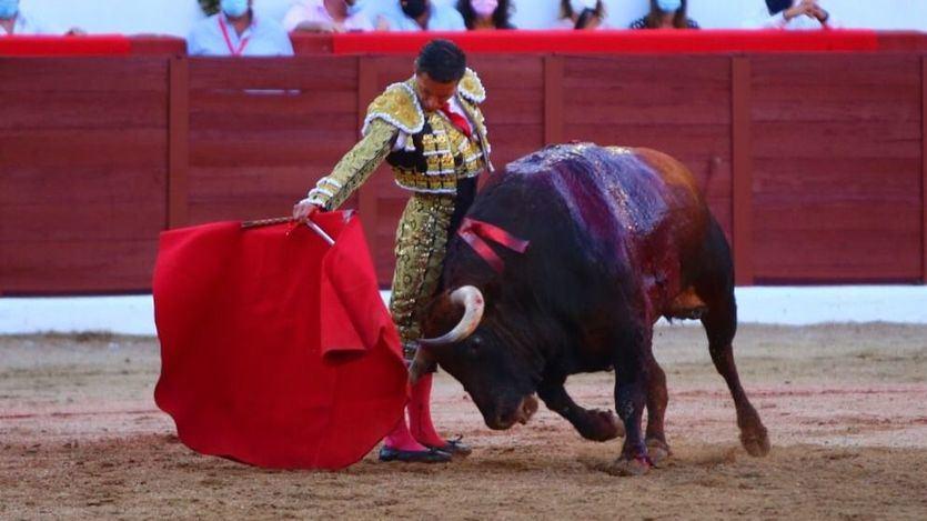 Uno de los redondos de Urdiales con el cuarto toro cosido a la muleta.