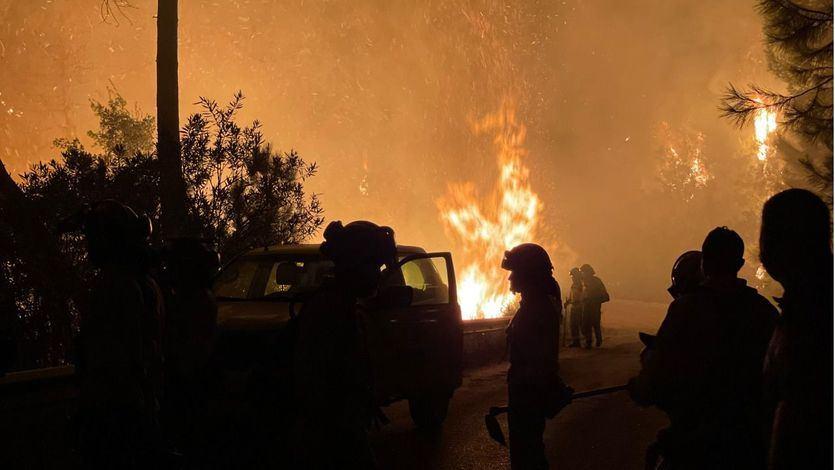 Un gran incendio en Sierra Bermeja, Málaga, obliga a cortar parte de la AP7