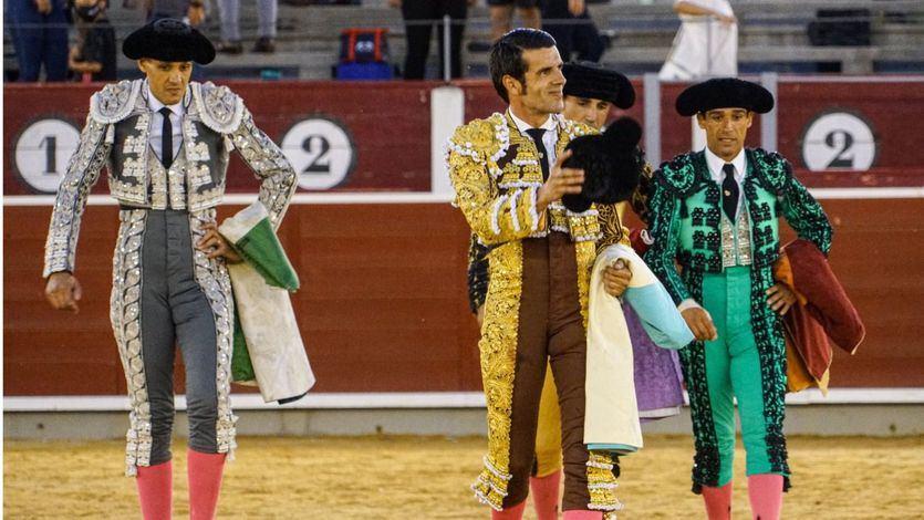 Emilio de Justo dando la vuelta al ruedo tras su primer toro.