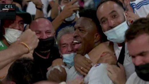 Polémica celebración de Vinicius con la afición tras su gol en plena pandemia