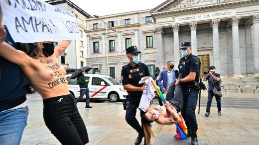 Activistas de Femen protestan en el Congreso