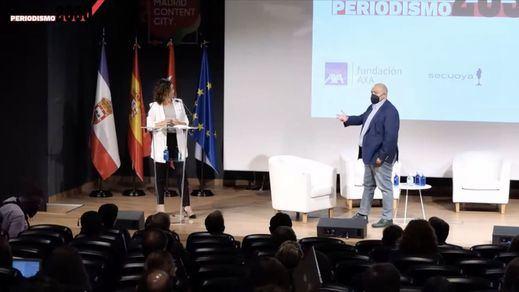 La presidenta de la Comunidad de Madrid, Isabel Díaz Ayuso, junto a Constantino Mediavilla, presidente de Madridiario, durante la jornada de Periodismo2030