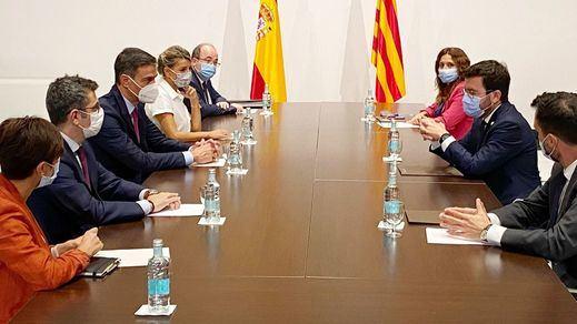 Moncloa defiende la mesa de diálogo y se topa con una nueva ofensiva parlamentaria del PP y Vox