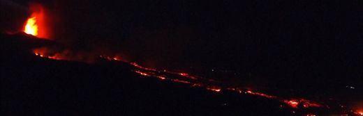 Continúan los desalojos en La Palma tras abrirse una nueva boca del volcán durante la noche