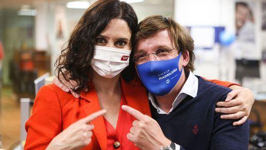 Las encuestas convierten en 'cómplices' a Ayuso y Almeida