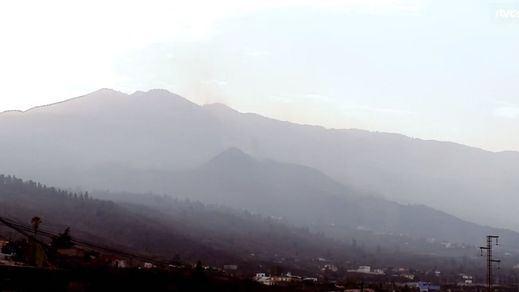 El volcán de La Palma vuelve a rugir tras una pausa de 2 horas de expulsión de lava y humo