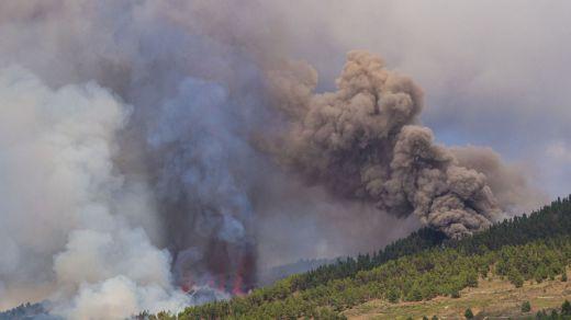 La lava del volcán de La Palma quema plásticos y fertilizantes al llegar a las plataneras