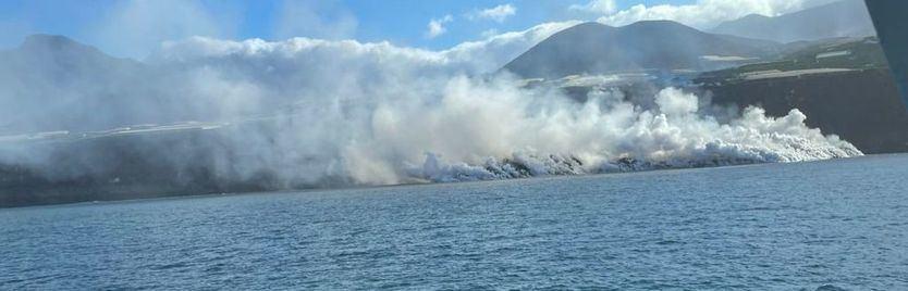 Volcán de La Palma: la lava gana terreno al mar y la nube de gases solo afecta a la zona de contacto