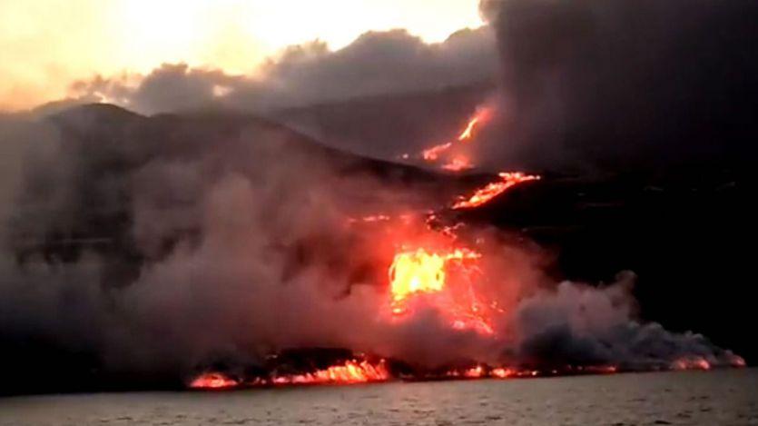 La colada del volcán de La Palma, entrando en el mar