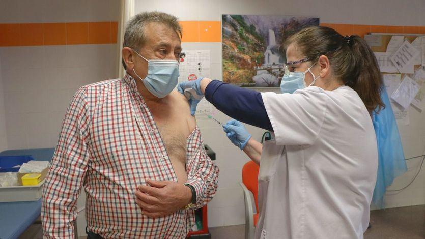 Sanidad y las comunidades deciden administrar la tercera dosis a los mayores de 70 años