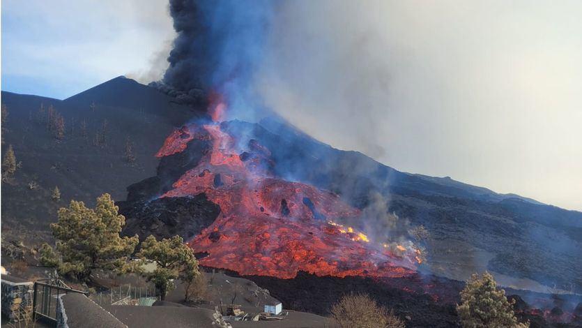 La lava cobra fuerza y transporta bloques del tamaño de una casa de 3 pisos