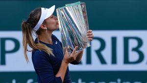 Badosa con su trofeo de Indian Wells