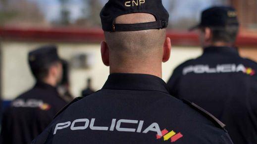 El juzgado archiva la causa de 'la patada en la puerta' para 5 de los policías implicados