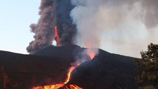 El volcán de La Palma amanece con una quinta boca y más actividad que nunca