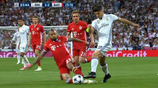 El mal arbitraje en las jugadas clave ensombrece la épica del Madrid en Champions
