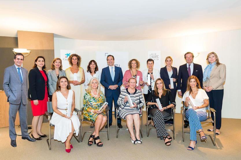 Gonzalo Gortázar, consejero delegado de CaixaBank, con un grupo de finalistas del Premio Mujer Empresaria 2018