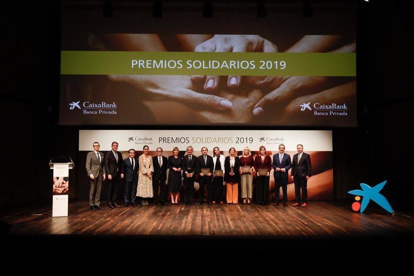 Los ganadores de los Premios Solidarios 2019 junto con directivos de CaixaBank