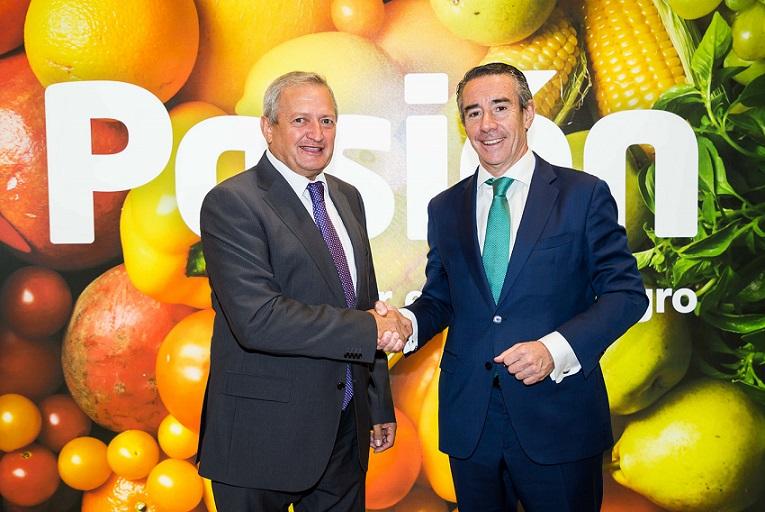 Ángel Villafranca, presidente de lOIVE, y Juan Antonio Alcaraz, director general de CaixaBank
