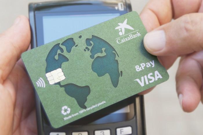 Tarjeta de crédito hecha con plástico 100% reciclado