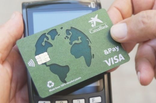 CaixaBank lanza la primera tarjeta de crédito en España hecha con plástico 100% reciclado