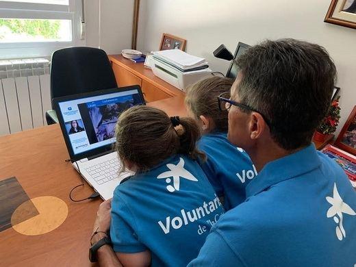 """Voluntario """"la Caixa"""" colaborando en una actividad digital como las que se organizarán con motivo de la Semana Social digital"""