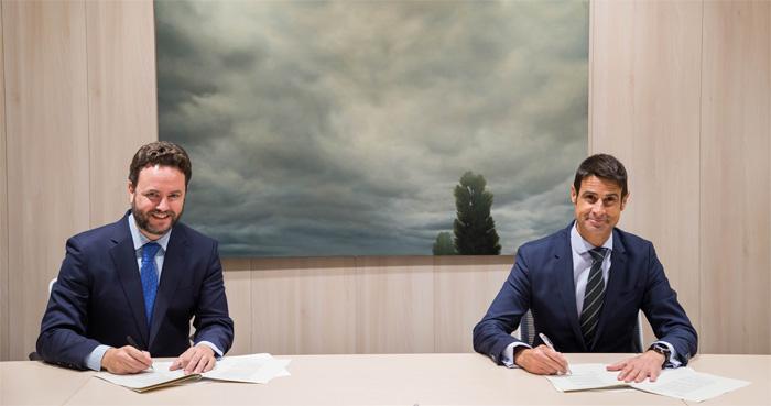 Iker Beraza y Daniel Caballero, durante la firma del acuerdo