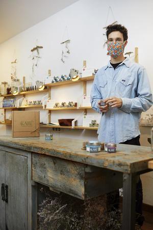 Chicho, fundador de la tienda-obrador de cosmética natural Karü, creada con la ayuda de un microcrédito de MicroBank