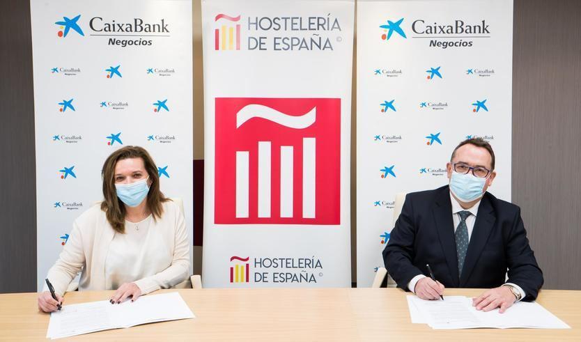 Ana Díez Fontana, directora ejecutiva de Negocios y Emprendedores de CaixaBank, y Jose Luís Yzuel, presidente de Hostelería de España